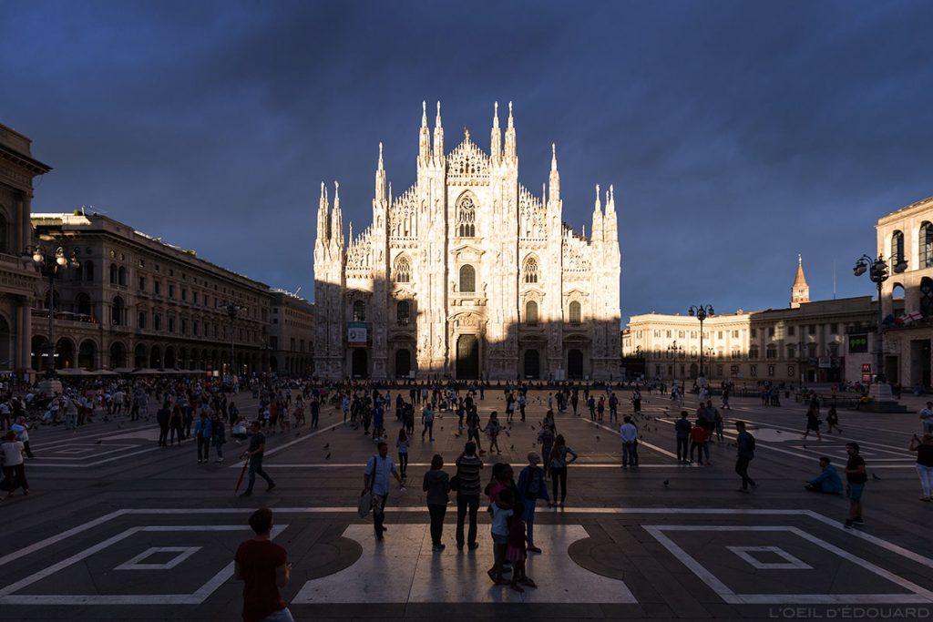 La Piazza del Duomo et la façade de la Cathédrale de Milan, illuminée par une éclaircie avec un ciel d'orage - Duomo Milano © L'Oeil d'Édouard