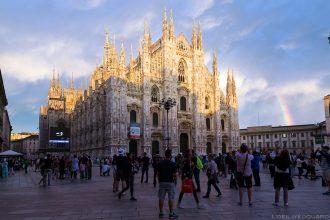 La façade de la Cathédrale Duomo de Milan, illuminée par une éclaircie avec un arc-en-ciel - Duomo Milano © L'Oeil d'Édouard