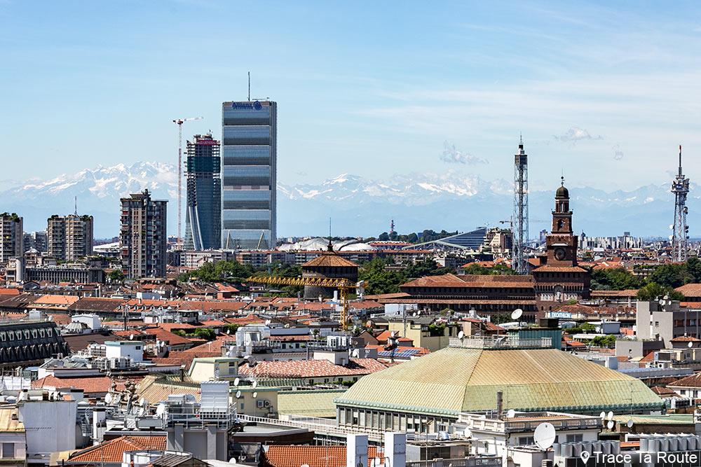 Vue sur les toits de Milan, le Château Sforzesco et les montagnes des Alpes depuis la terrasse de la Cathédrale du Duomo de Milan - Duomo di Milano