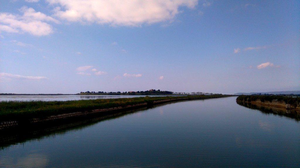 Canal du Rhône à Sète, voyage en Péniche avec Les Canalous. Arrivée ver sle site de la Cathédrale de Maguelone