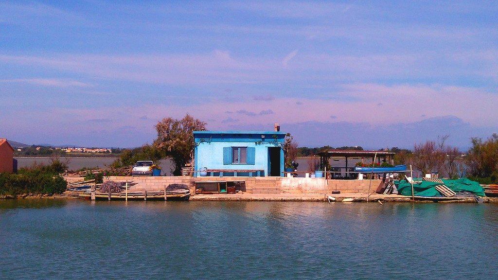Maison bleue, en face du site de la Cathédrale de Maguelone, sur le canal du Rhône à Sète, pendant notre voyage en péniche