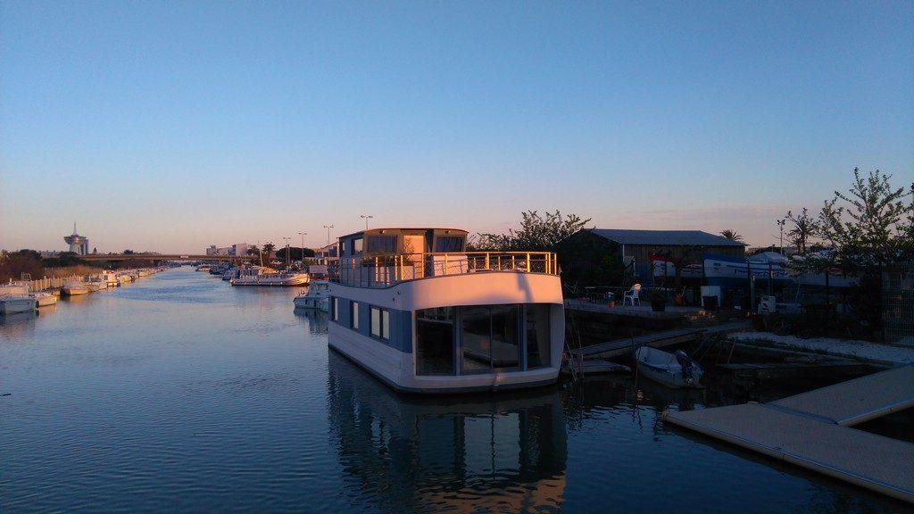 Maison flottante sur le Canal du Rhône à Sète