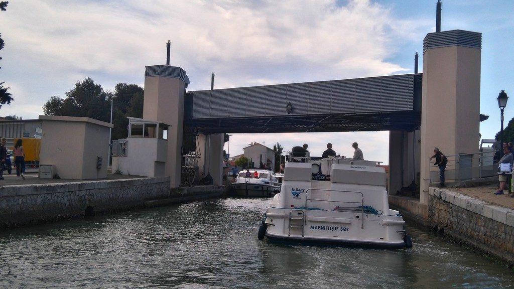 Passage du Pont de Frontignan en Péniche, sur le Canal du Rhône à Sète
