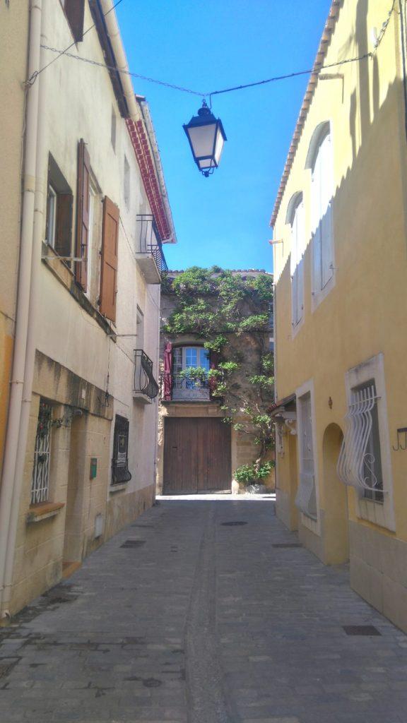 Dans les ruelles de la vieille cité de Mèze. Une étape hors du temps lors de notre voyage en péniche