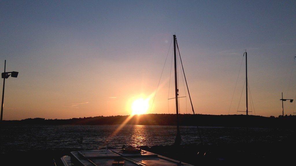 Coucher de soleil sur le port de Bouzigues, vue depuis notre bateau