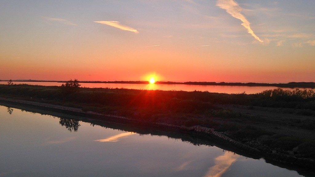 Lever de soleil sur le canal du rhone à sète, à bord d'une péniche Canalous