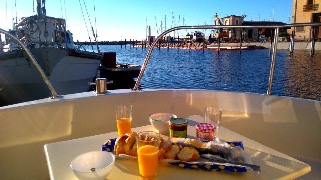 Petit déjeuner à bord du bateau des Canalous, dans le port de Marseillan