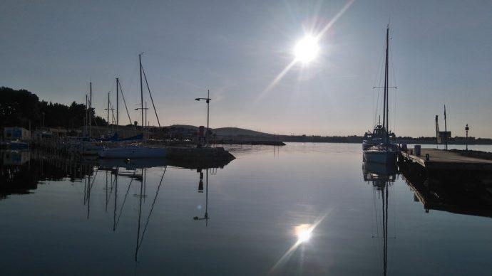 Réveil avec une belle eau miroir dans le port de Bouzigues, depuis notre péniche Les Canalous