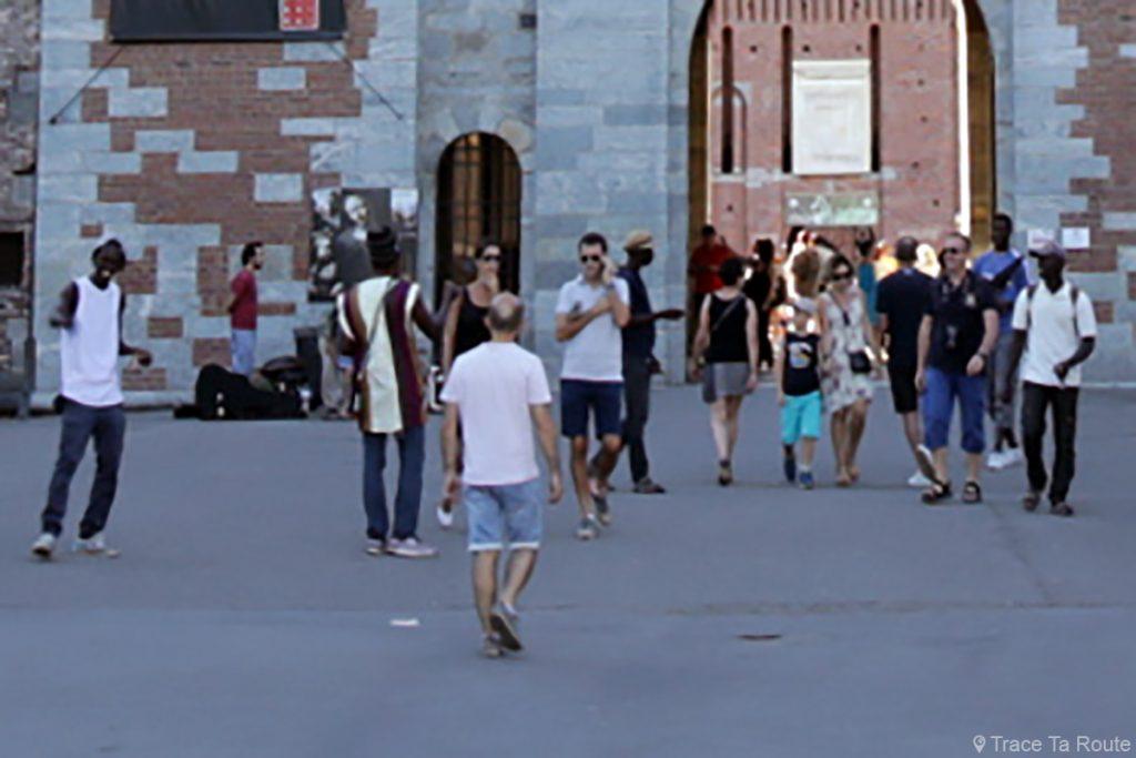Vendeurs de bracelets devant le Castello Sforzesco de Milan