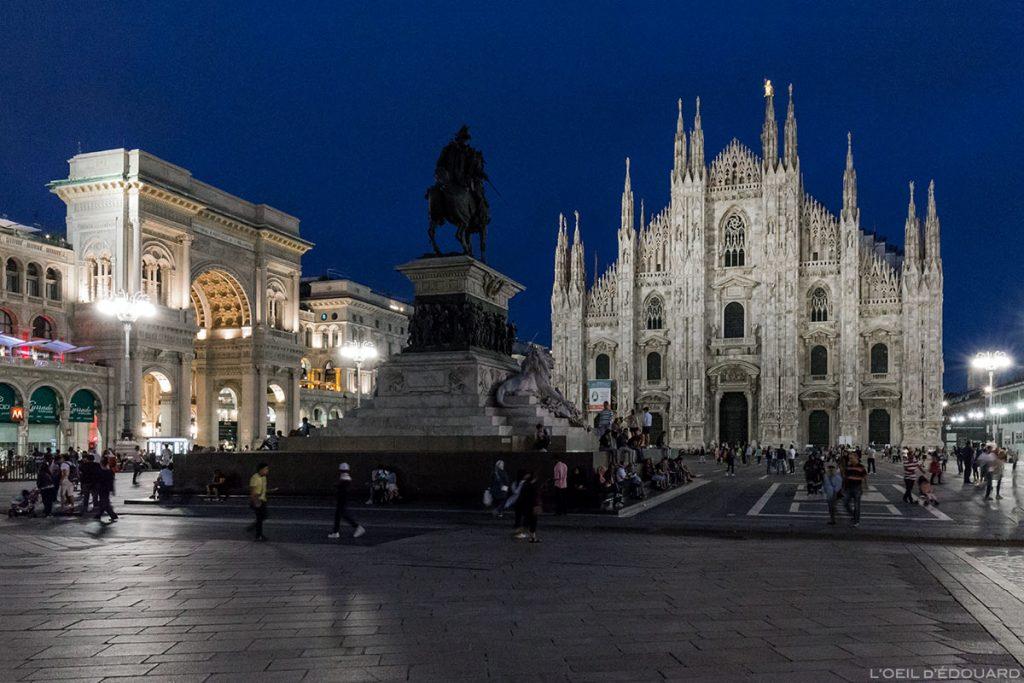 La Piazza del Duomo de Milan de nuit : la Galleria Vittorio Emanuele II, la sculpture statue équestre de Vittorio Emmanuele II et la façade de la Cathédrale de Milan, illuminée le soir - Duomo Milano © L'Oeil d'Édouard