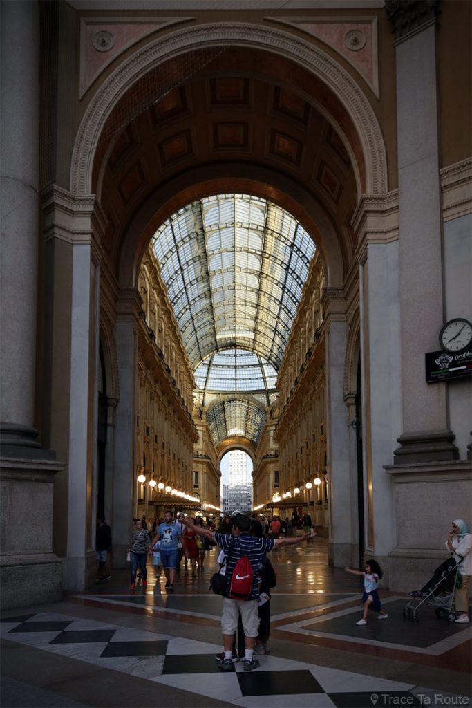 Porte Galleria Vittorio Emanuele II de Milan depuis la Piazza della Strada di Milano