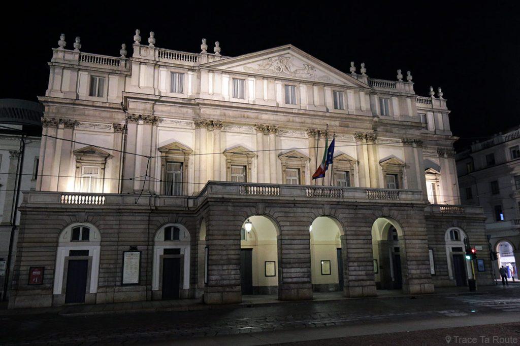 Théâtre de La Scala de Milan , façade extérieure éclairée de nuit - Teatro alla Scala di Milano