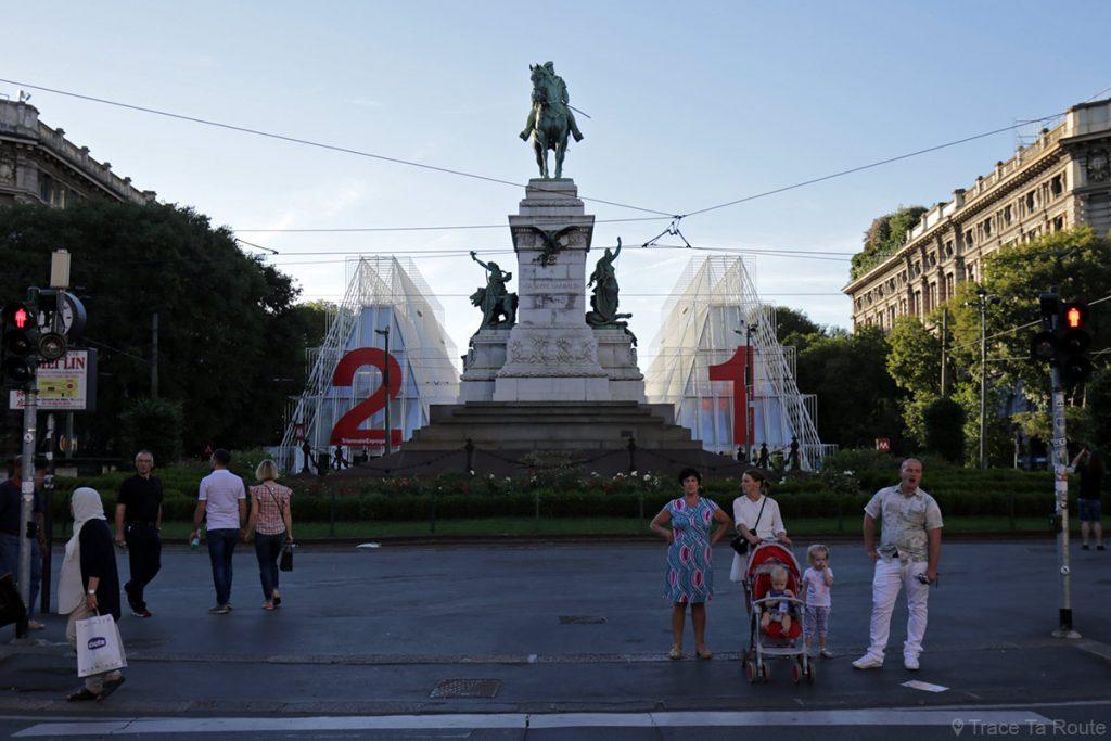 Statue sur la place Largo Cairoli et constructions contemporaines de l'Exposition Internationale de Milan sur la Via Luca Beltrami
