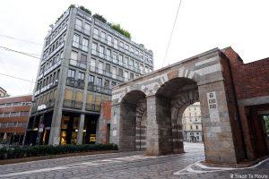 Contraste Architecture contemporaine / historique dans les rues de Milan : Archi di Porta Nuova, Via Alessandro Manzoni, Milano