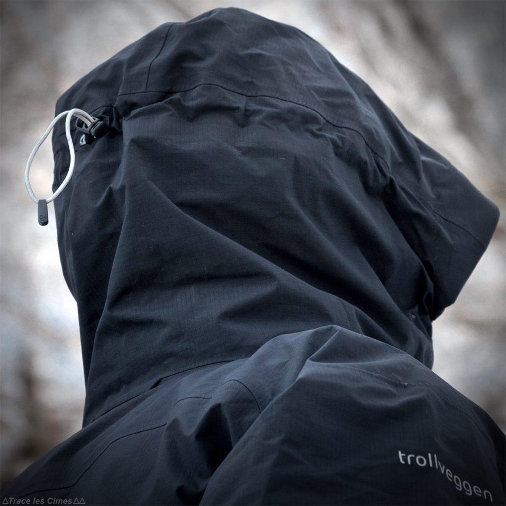 Test Veste Gore-Tex TROLLVEGGEN NORRØNA review : cordon élastique serrage de la capuche avec casque alpinisme
