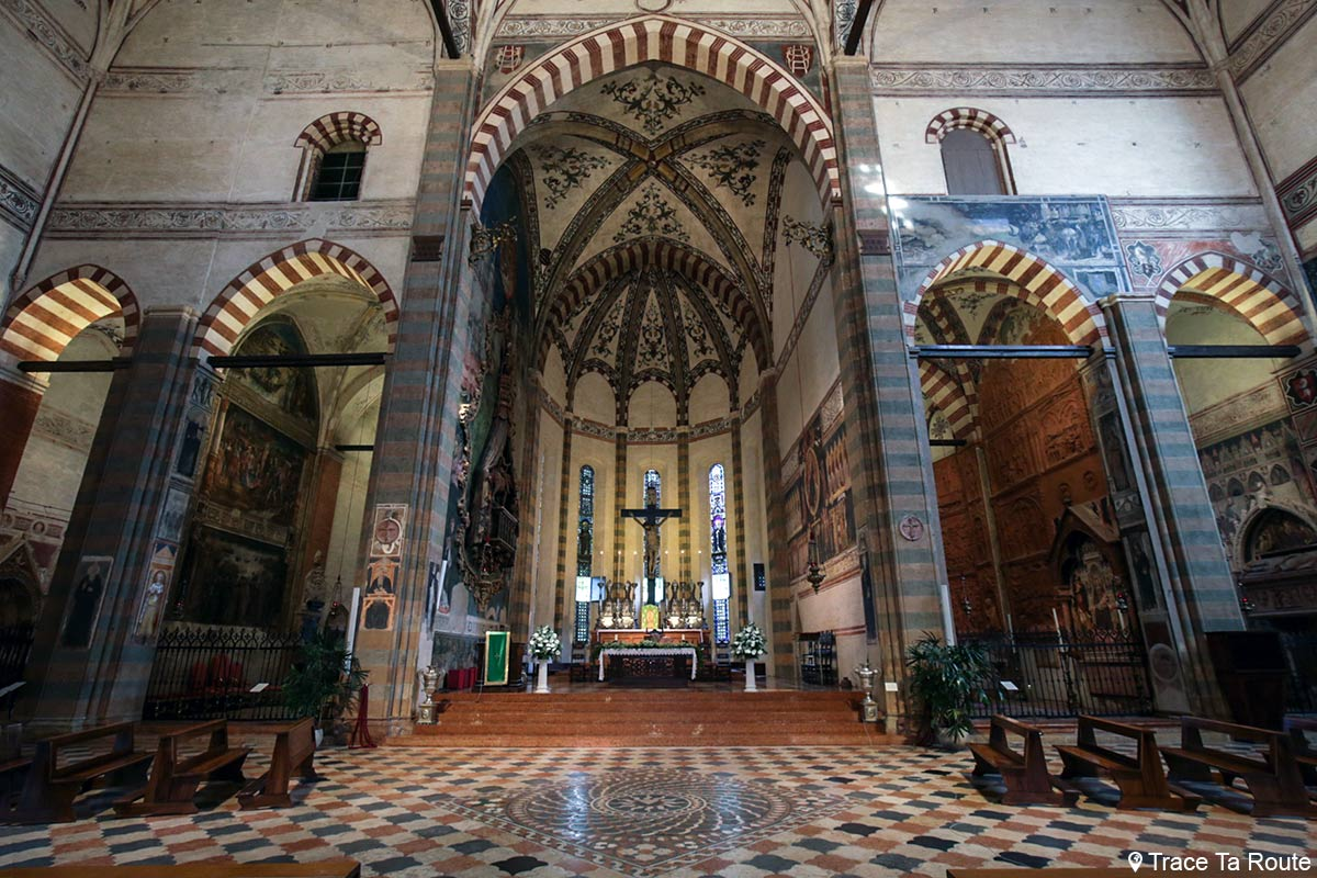 Transept de la Basilique Sant'Anastasia de Vérone avec l'Autel et les Chapelles - Chiesa San Pietro da Verona in Santa Anastasia Basilica