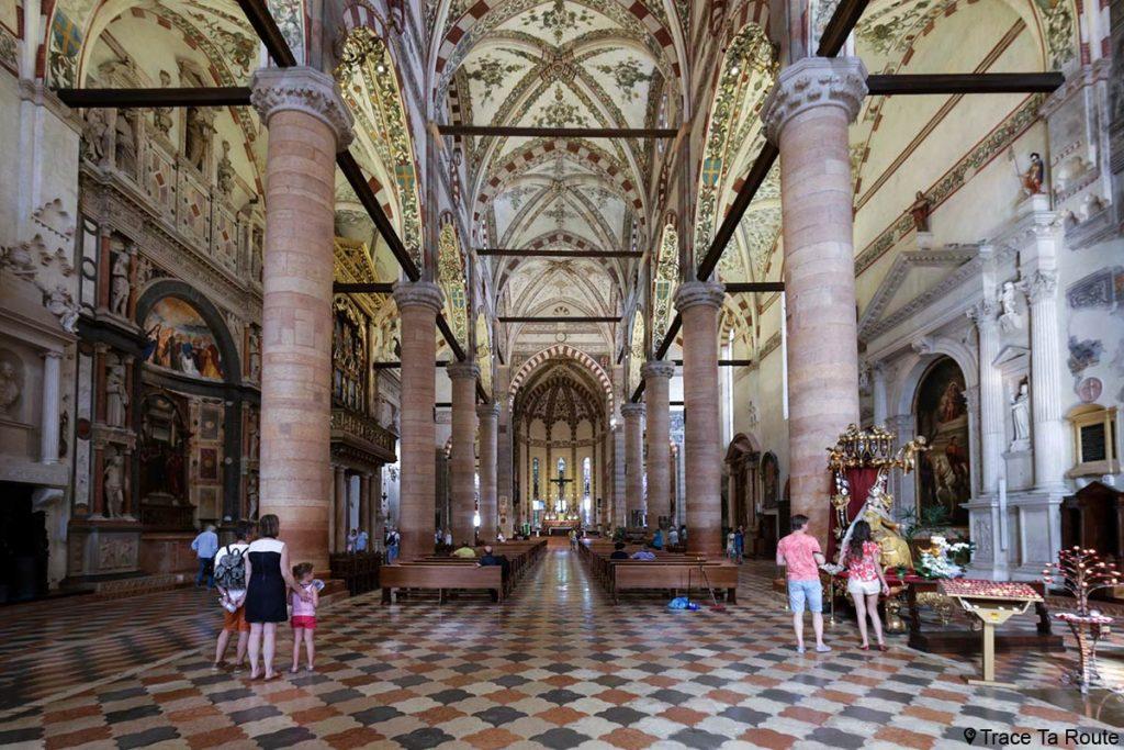 Intérieur Nef de la Basilique Sant'Anastasia de Vérone - Chiesa San Pietro da Verona in Santa Anastasia Basilica