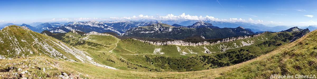 Vue au sommet de la Grande Sure (Est) : Massif de la Chartreuse ( Grand Som, Chamechaude)