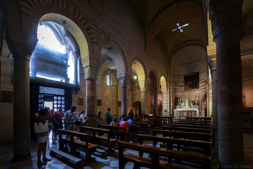 Intérieur Nef de l'église Santa Maria Antica de VÉRONE