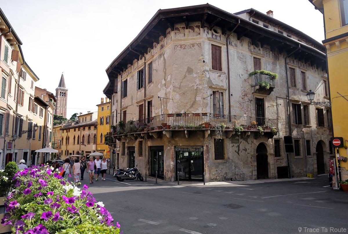 Vérone - Façade bâtiment sur la rue Via Ponte Pietra Verona