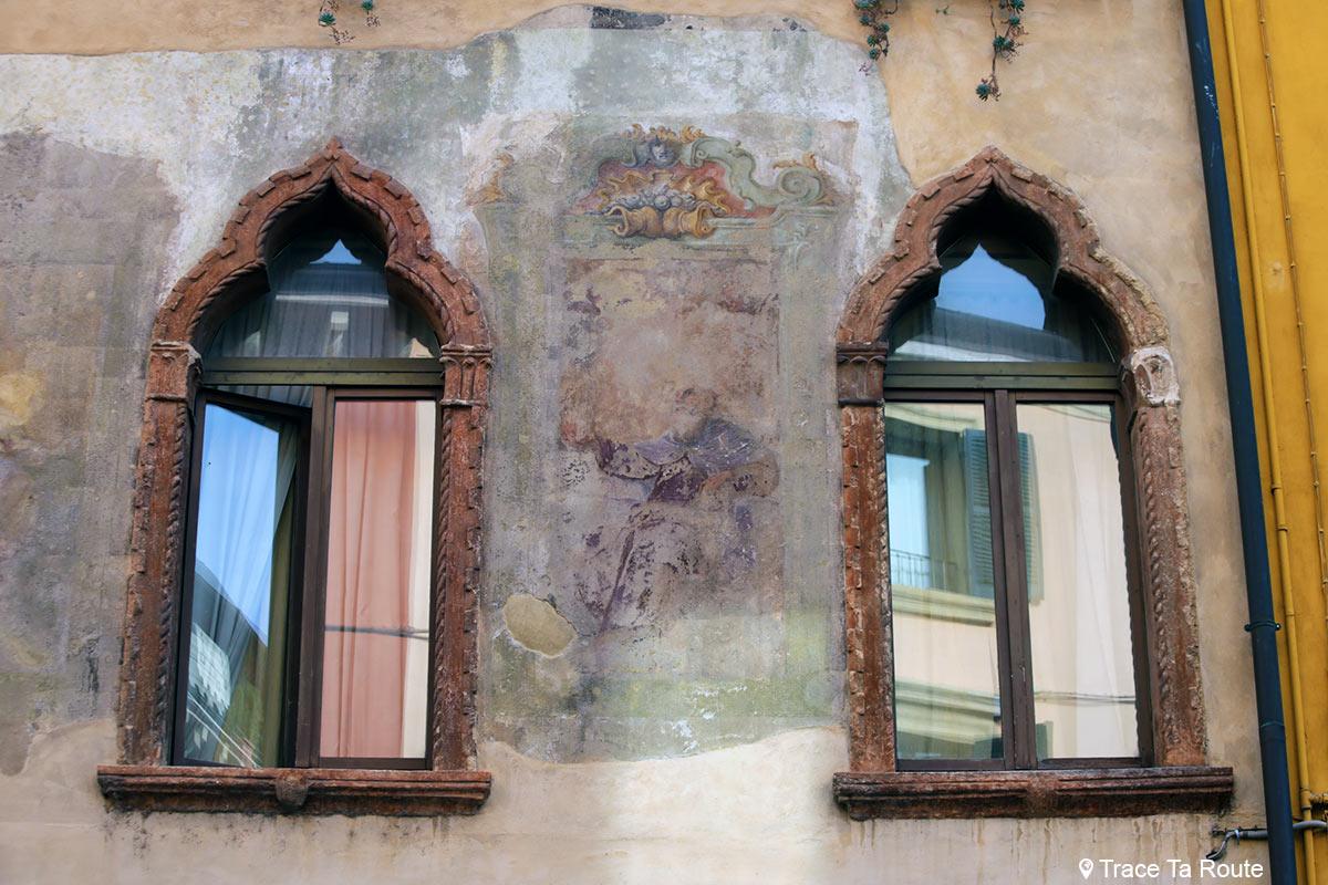 Vérone - Fenêtres et fresques sur un bâtiment Via Ponte Pietra Verona