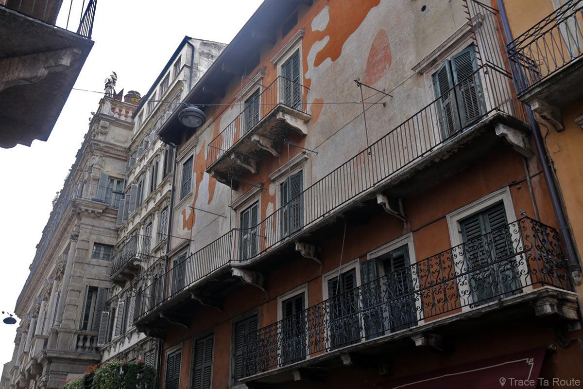 Façade bâtiment dans la rue de Vérone Corso Sant'Anastasia Verona