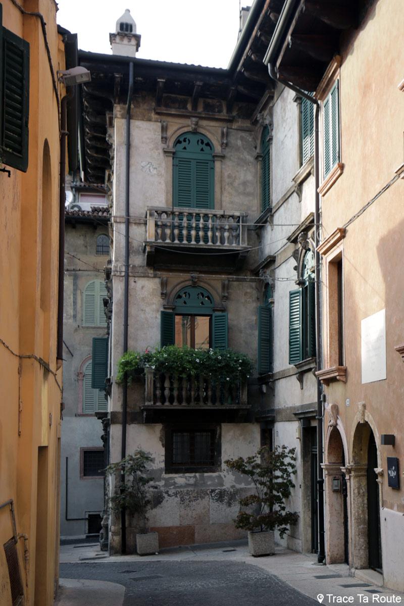 Façade bâtiment dans la rue de Vérone