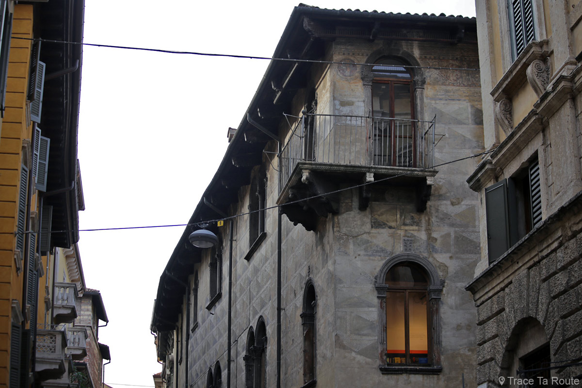 Balcon et fresques Façade bâtiment dans la rue de Vérone - Via Giuseppe Mazzini et Via Quattro Spade Verona