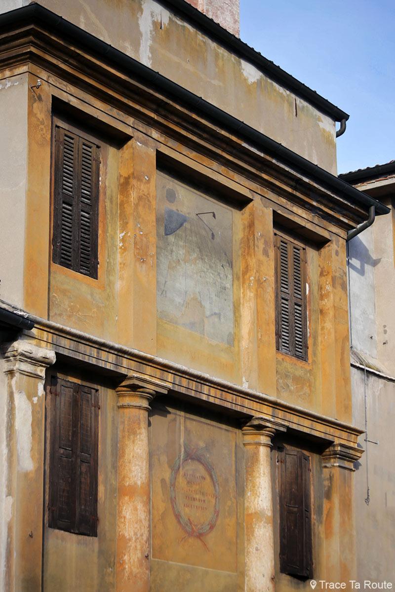 Cadran solaire Façade bâtiment dans la rue de Vérone - Via Dietro Anfiteatro Verona