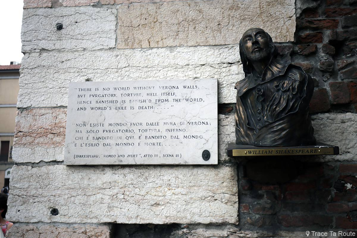 Vérone Plaque citation Romeo et Juliette sculpture buste de William Shakespeare sur les portoni della Brà di Verona Romeo e Giuletta