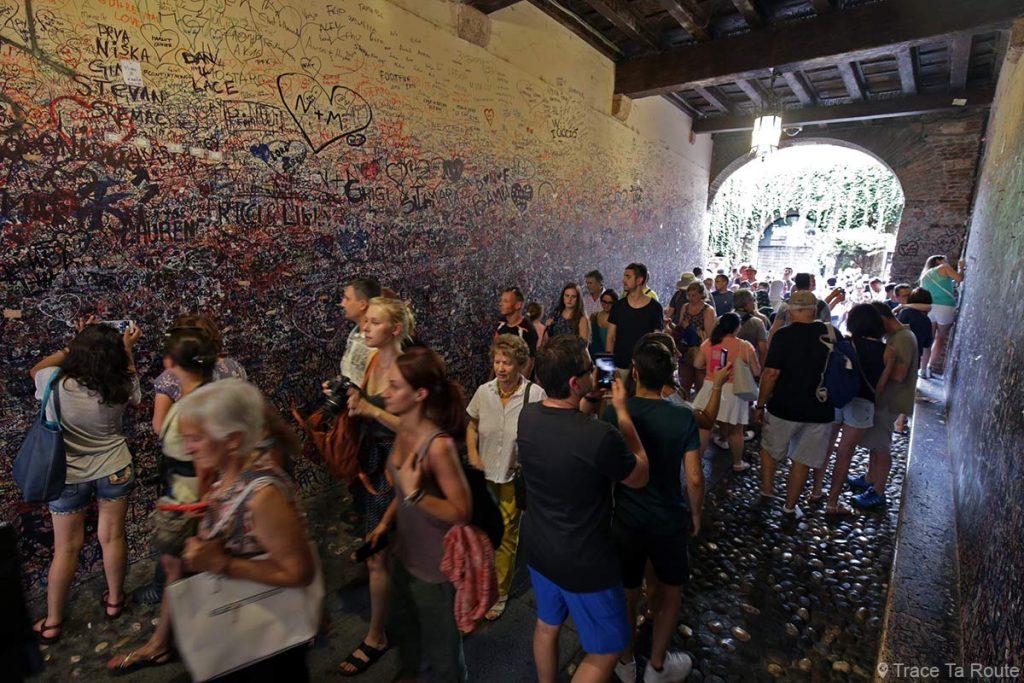 Graffitis à l'entrée de La MAISON de JULIETTE de Vérone (Casa di Giuletta di Verona)