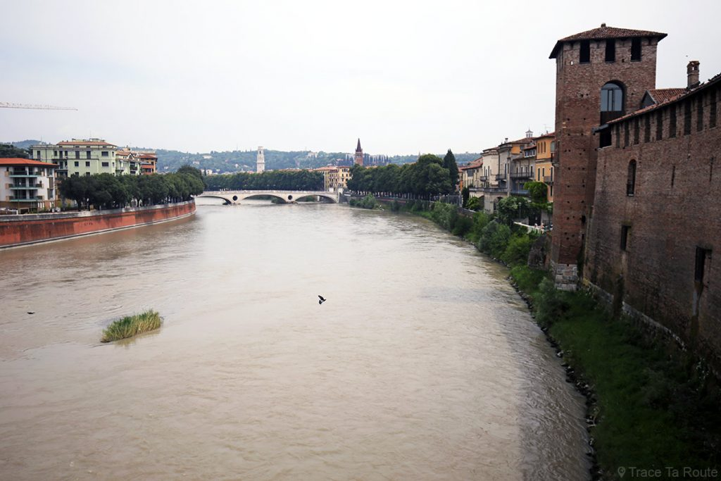 La rivière l'Adige et le Château Castelvecchio de Vérone depuis le Pont Scaligero
