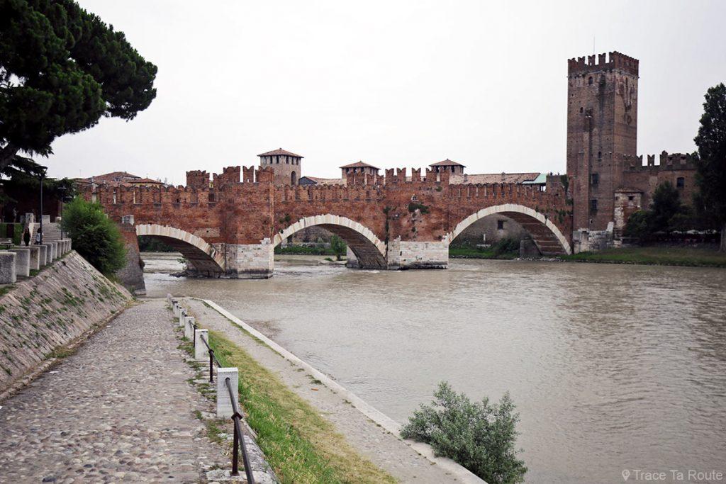 La rivière l'Adige, le Pont Scaligero de Vérone et le Château Castelvecchio