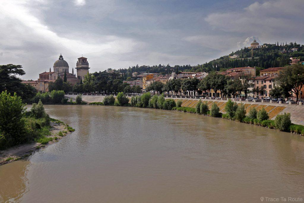 Quais sur les bords de l'Adige depuis le Pont Pietra à Vérone, Chiesa San Giorgio in Braida et Santuario della Madonna di Lourdes di Verona