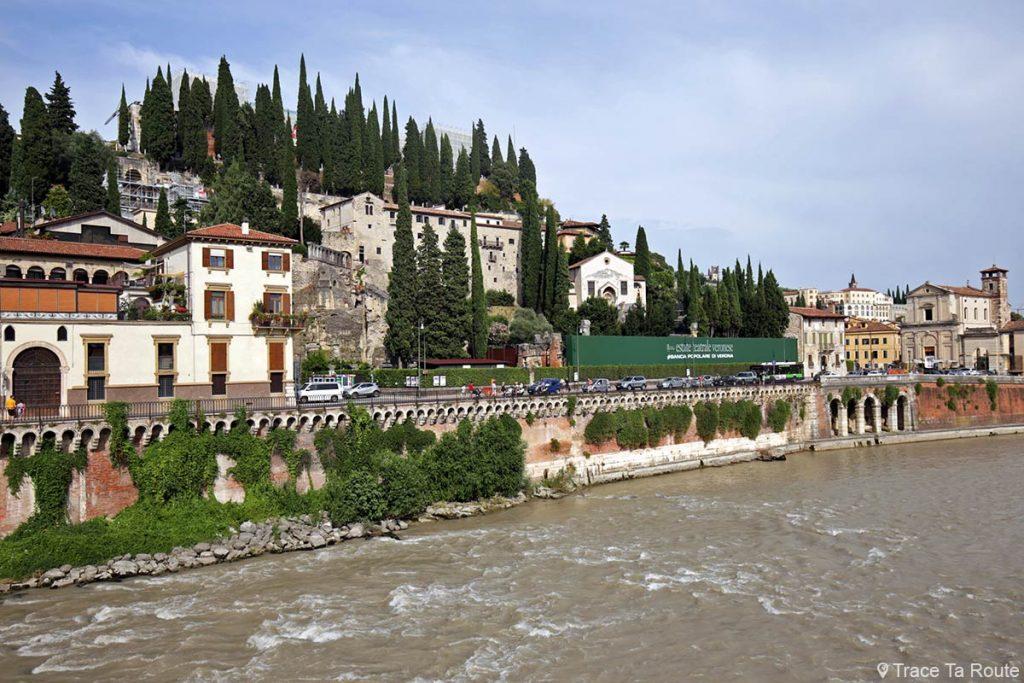 Le Château Romain et le Théâtre Romain sur les bords de l'Adige depuis le Pont Pietra à Vérone - Castello Romano e Teatro Romano Verona