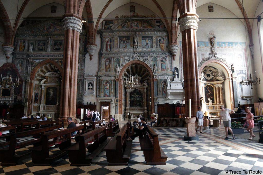 Intérieur Nef Cathédrale Santa Maria Matricolare de Vérone, Chapelles Dionisi, Calcasoli et Emilei avec fresques en trompe-l'oeil - Duomo di Verona