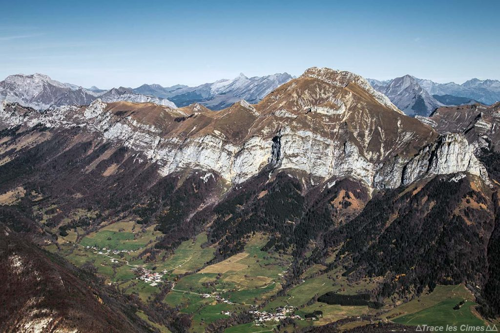 Le Mont Trélod et les Aravis, vue au sommet du Mont Colombier, Massif des Bauges Savoie