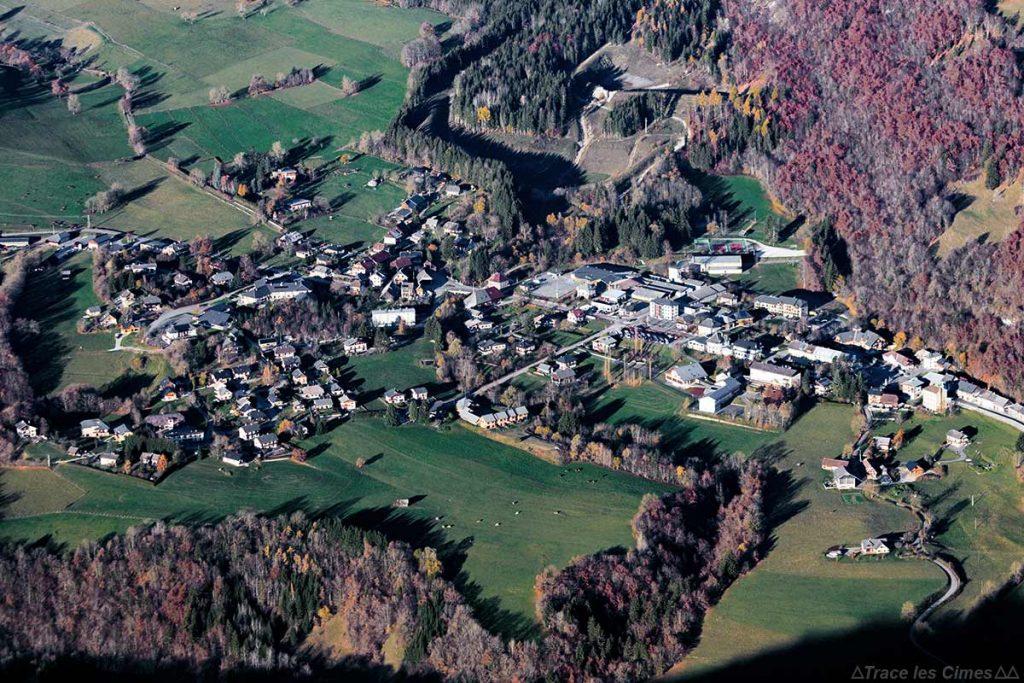 Vue aériennne du Village Le Châtelard depuis la Dent de Rossanaz, Massif des Bauges Savoie
