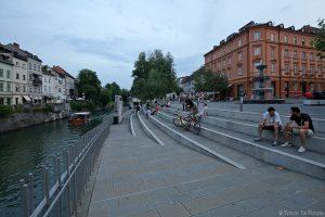 Quai de la rivière Ljubljanica sur la Place Novi trg de Ljubljana, Slovénie