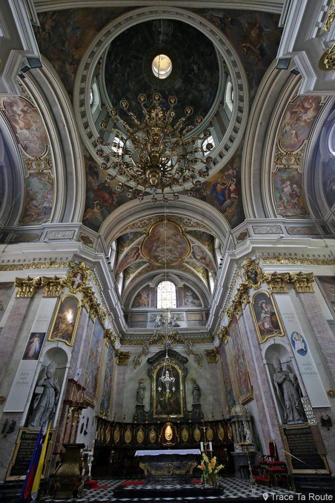 Croisée du transept, coupole, choeur et autel à l'intérieur de la Cathédrale Saint-NicolasStolnica svetega Nikolaja de Ljubljana, Slovénie