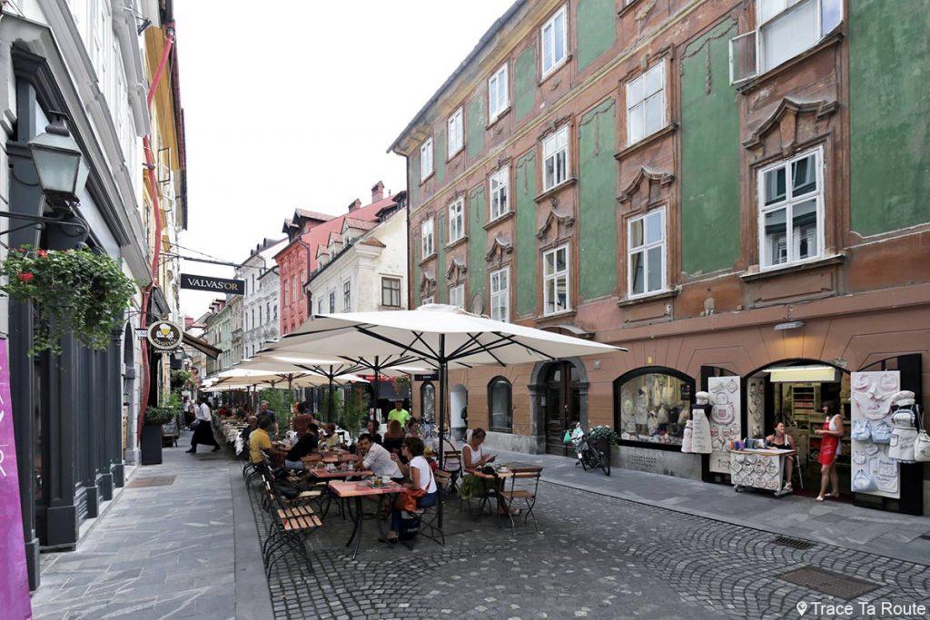 Terrasses de restaurants dans la rue Strari trg dans la vieille ville de Ljubljana, Slovénie