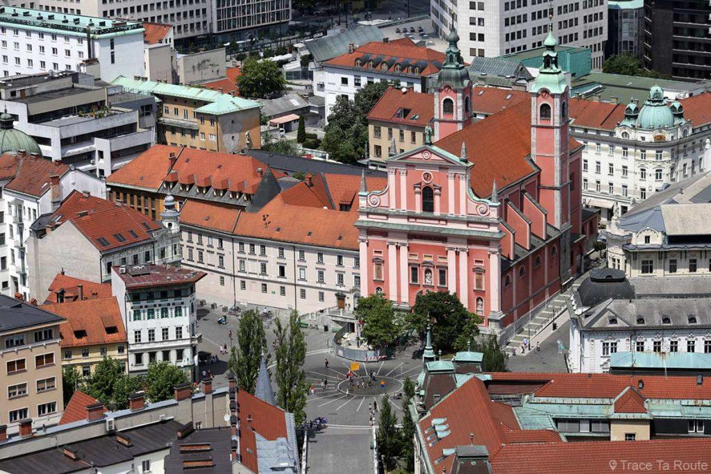 La Place Prešernov trg et l'l'Église Franciscaine Sainte-Marie-de-l'Annonciation Cerkev Marijinega oznanjenja depuis la Tour de Guet du Château Ljubljana Grad, Slovénie