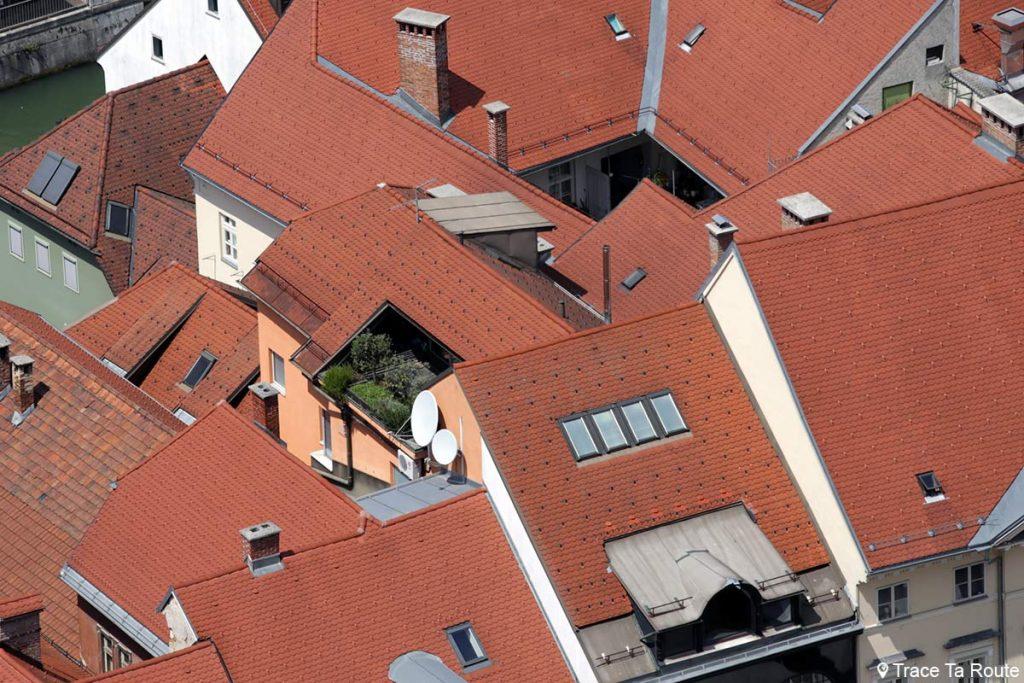 Toits en tuiles orange des immeubles de la Vieille ville de Ljubljana depuis la Tour de Guet du Château Ljubljana Grad, Slovénie