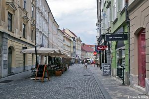 Rue piétonne Mestni trg dans la vieille ville de Ljubljana, Slovénie - Slovenia / Slovenija