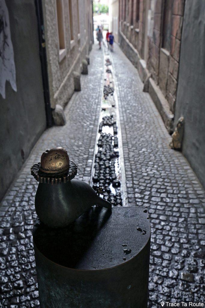 "Sculpture fontaine ""Obrazi'' de Jakov Brdar, ruelle Ključavničarska ulica - Slovenia / Slovenija"