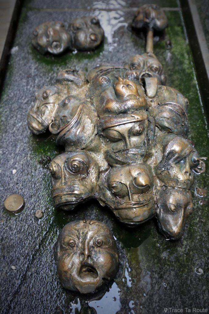 "Visages de la sculpture fontaine ""Obrazi'' de Jakov Brdar, ruelle Ključavničarska ulica - Slovenia / Slovenija"