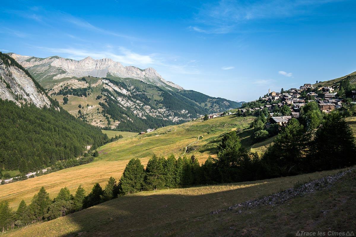 Le village de Saint-Véran et la Crête de la Rousse, Queyras (Hautes-Alpes)