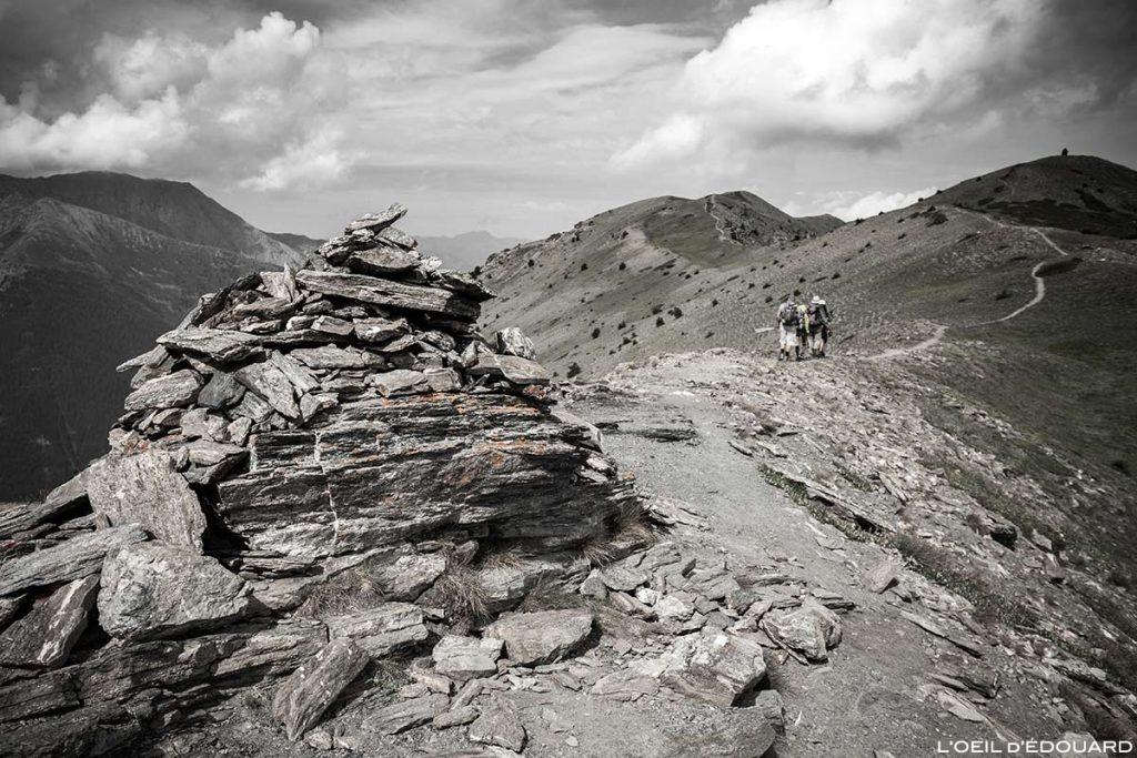 Cairn au Sommet de la Lauzière sur La Crête de Peyra Plata avec la Crête de Gilly en arrière-plan - Queyras, Hautes-Alpes © L'Oeil d'Édouard