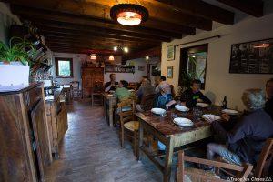 Salle repas Gîte d'étape La Teppio à La Chalp, sur le Tour du Queyras GR 58, Hautes-Alpes
