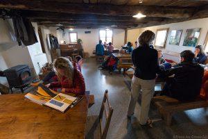 Intérieur salle repas Refuge de Furfande avec la Crête de Croseras derrière - Queyras, Hautes-Alpes